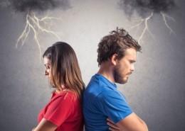 Kennen Sie das: Sie streiten mit Ihrem Partner, mit Ihrer Partnerin wegen einer Kleinigkeit. Der Streit artet aus. Es wird immer lauter. Die Worte werden zu verletzenden Pfeilen und irgendwann geht es nur noch darum, Recht zu haben. Tränen, Resignation oder sogar Hass können die Folge sein. Nach dem Streit wissen Sie oft nicht mehr um was es eigentlich ging. Und Sie fragen sich: Was machen wir da eigentlich? Was machen wir falsch? Müssen wir immer streiten? Mit diesem Problem sind Sie nicht allein. Oft kommen Paare in die Beratung mit folgendem Anliegen: Wir können nicht ohne Verletzungen streiten. Wir haben keine Streitkultur, es artet immer aus. Oft wird es sehr verletzend und geht unter die Gürtellinie. Gefolgt von der Bitte: Helfen Sie uns besser zu kommunizieren. Beim näheren Hinschauen stellt sich dann aber oft heraus, dass das Problem nicht in der Kommunikation liegt und daher auch die Lösung wo anders liegt. Doch zuerst muss die folgende Frage gestellt werden: War das von Anfang an so? Wenn ja, dann kann es tatsächlich an falscher Kommunikation in der Beziehung liegen. Dann ist es die Aufgabe herauszufinden, warum das so ist. Und wie man es ändern kann. Die Gründe für Kommunikationsstörungen können unterschiedlich und sehr individuell sein. In diesem Fall kann eine professionelle Beratung helfen den Gründen auf die Spur zu kommen und mit gezielten Interventionen im Bereich Kommunikation Abhilfe schaffen. Was ist dann der Grund? Wenn Sie nicht von Anfang so heftig gestritten haben und erst im Laufe der Zeit die Auseinandersetzungen heftiger wurden, liegt die Ursache nicht unbedingt alleine in der Kommunikation. Eine mögliche Ursache kann zu wenig AUFMEKSAMKEIT sein. Wenn im Laufe der Zeit die Paarzeit (Artikel 5) immer weniger wird, sinkt die gegenseitige Aufmerksamkeit. Es mag sein, dass Sie als Paar oder Eltern sehr gut funktionieren und sich sozusagen blind verstehen. Wenn aber die gegenseitige Aufmerksamkeit nur oberflächlich oder nur über die Aufgaben, d